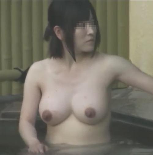 露天風呂で盗撮された?巨乳な素人美女のヌード画像 6