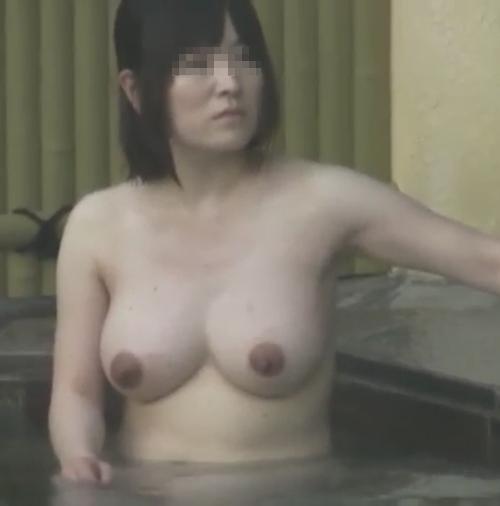 露天風呂で盗撮された?巨乳な素人美女のヌード画像 8