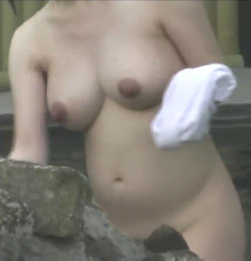 露天風呂で盗撮された?巨乳な素人美女のヌード画像 9