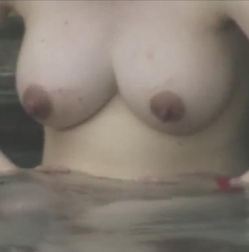 露天風呂で盗撮された?巨乳な素人美女のヌード画像 10