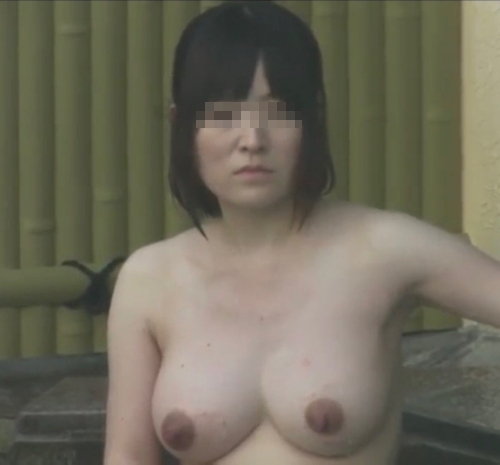 露天風呂で盗撮された?巨乳な素人美女のヌード画像 13