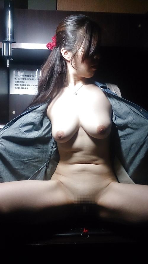 ネットカフェで撮影した巨乳素人女性のヌード画像 2