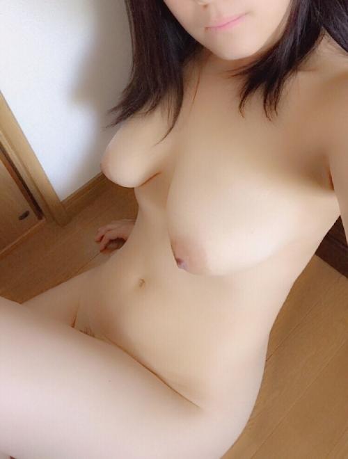 巨乳な人妻の自分撮りヌード画像 10