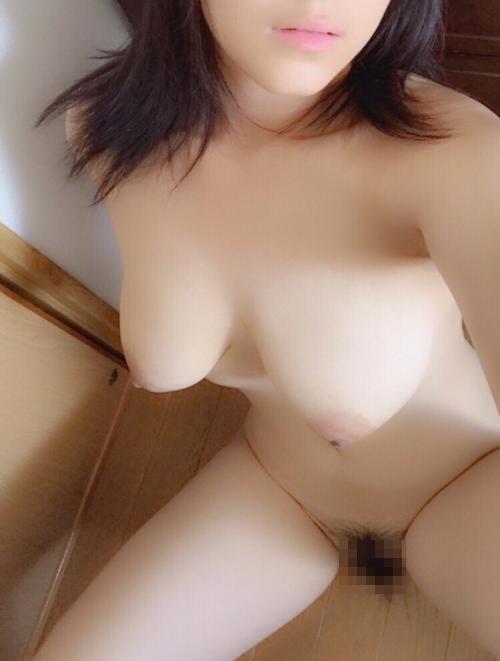 巨乳な人妻の自分撮りヌード画像 11