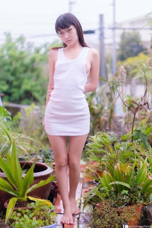 美微乳スレンダーなメガネ美少女のシャワーヌード画像 1