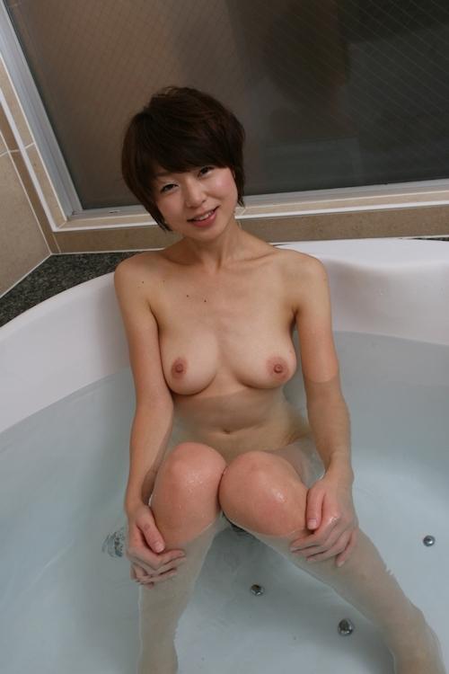 美乳な素人女性のシャワーヌード画像 5