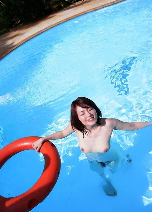 プールで全裸になってる美女のヌード画像 6