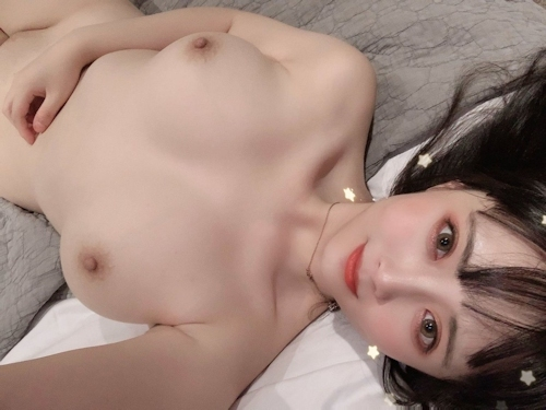 Twitterで人気の巨乳美少女のヌード画像 13