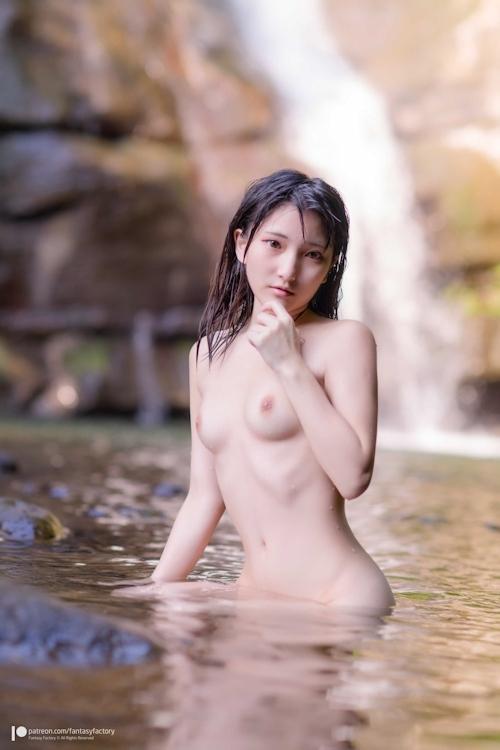 美微乳パイパンなスレンダー美少女が滝でヌードになってる画像 3