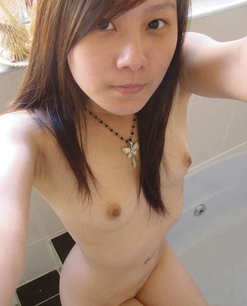 新一年生の現役女子大生の微乳ヌード自分撮り画像 4