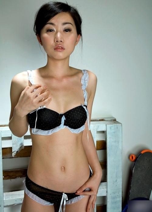 全裸でチェーンソーを持つ美女のヌード画像 1