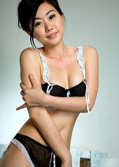全裸でチェーンソーを持つ美女のヌード画像 2