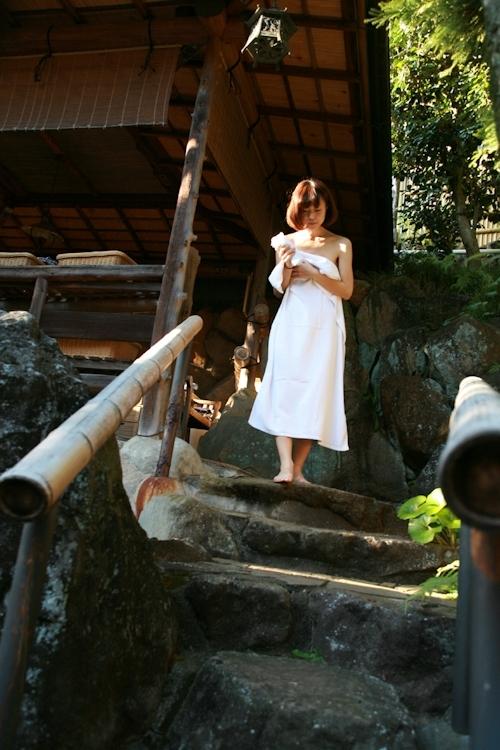 スレンダー美乳な美人若妻の温泉ヌード画像 1