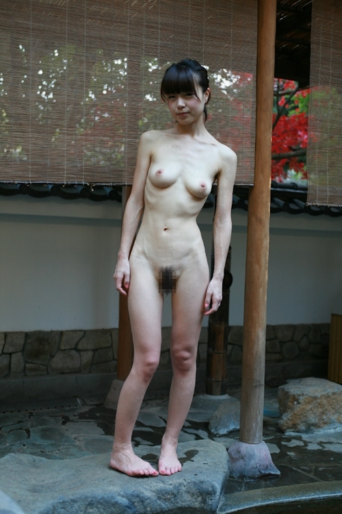 スレンダー美乳な美人若妻の温泉ヌード画像 12