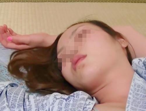 会社の美人な同僚が熟睡してる時に撮影したマ○コ画像 3