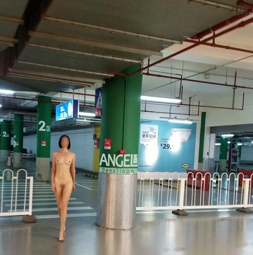 スレンダー美女がショッピングセンターを全裸で歩く画像 1