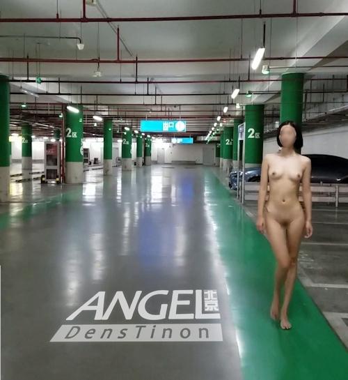 スレンダー美女がショッピングセンターを全裸で歩く画像 2