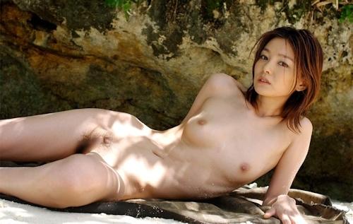 南の島でスレンダー美女がビキニを脱いで全裸になってる画像 9