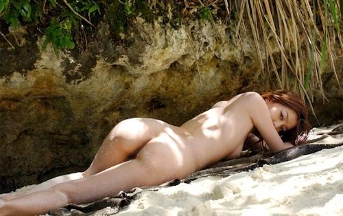 南の島でスレンダー美女がビキニを脱いで全裸になってる画像 11