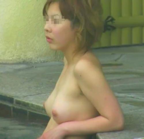 美乳な素人女性の温泉盗撮画像 1