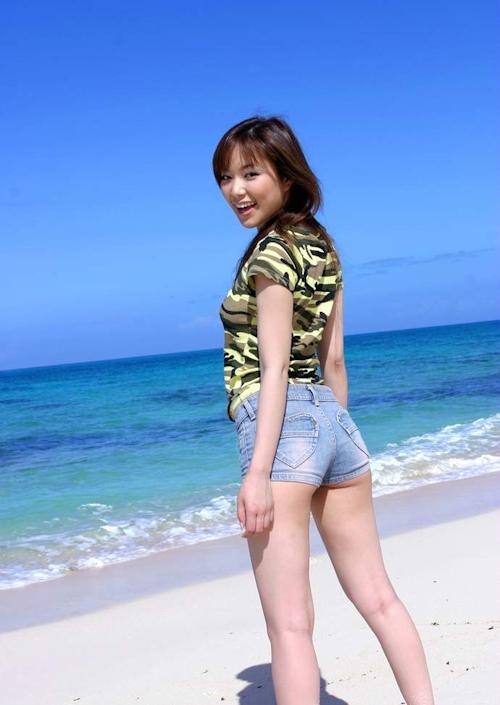 南の島ビーチで全裸になる美女のヌード画像 1