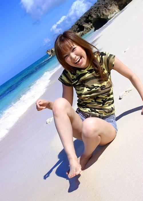 南の島ビーチで全裸になる美女のヌード画像 2