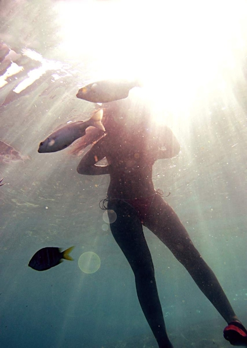 海の中でビキニを取って全裸で泳ぐ美女のヌード画像 3