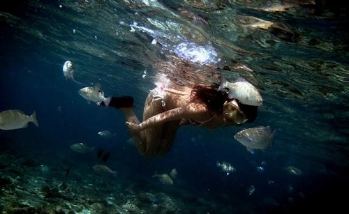 海の中でビキニを取って全裸で泳ぐ美女のヌード画像 4