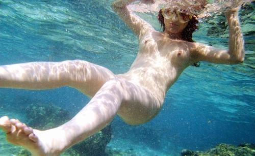 海の中でビキニを取って全裸で泳ぐ美女のヌード画像 6