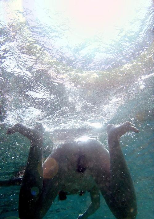 海の中でビキニを取って全裸で泳ぐ美女のヌード画像 8