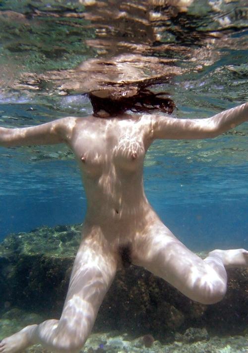 海の中でビキニを取って全裸で泳ぐ美女のヌード画像 9
