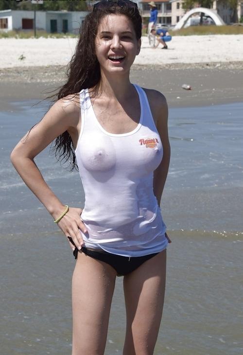 巨乳なティーン少女のビーチトップレス画像 3
