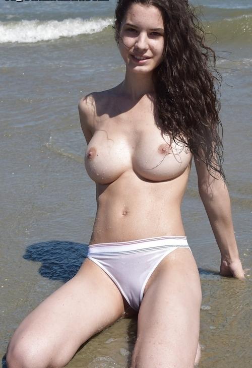 巨乳なティーン少女のビーチトップレス画像 13