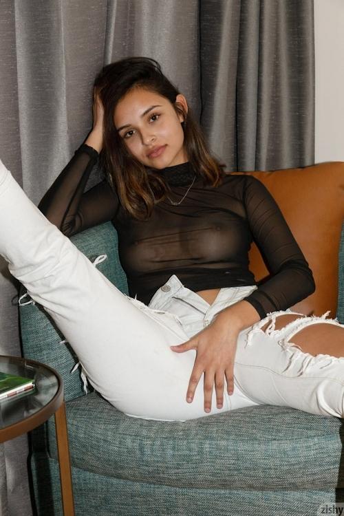 美乳なラテン美女モデル Alejandra Cobos のヌード画像 2
