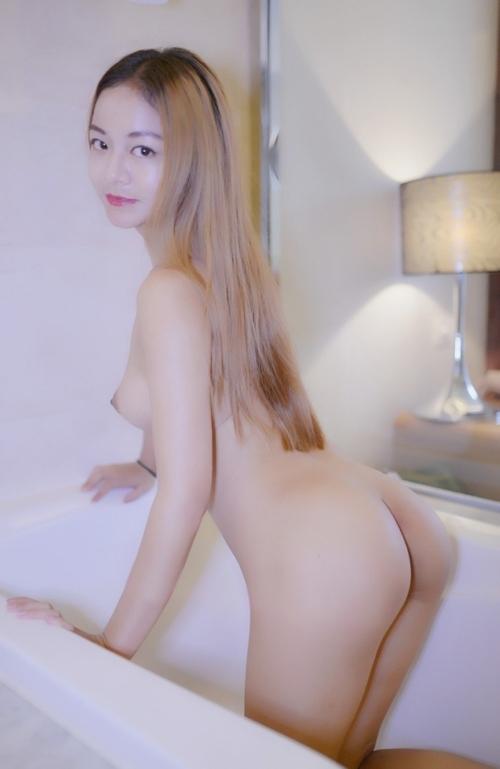 美乳&パイパンなアジアン美女のヌード画像 2