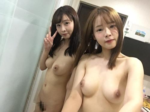 仲良しなアイドル級美少女2人が自分撮りしたヌード画像 2