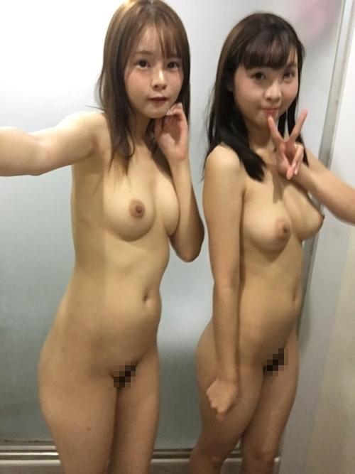 仲良しなアイドル級美少女2人が自分撮りしたヌード画像 15