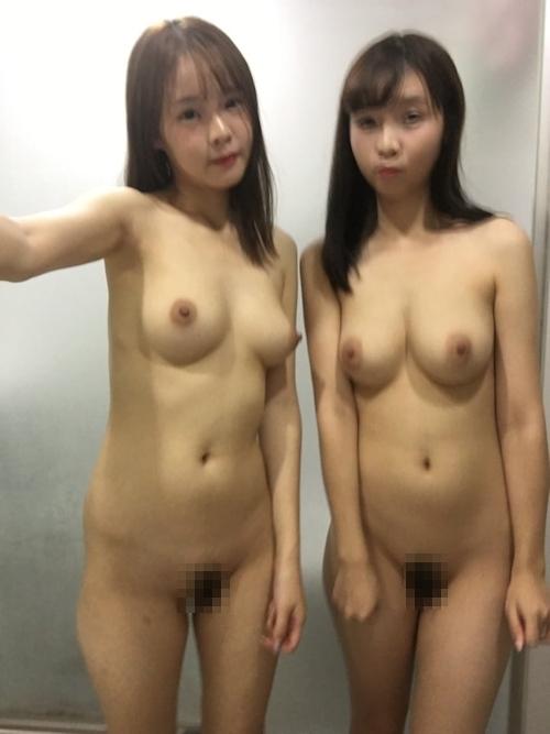 仲良しなアイドル級美少女2人が自分撮りしたヌード画像 16