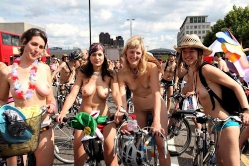 ビーチ・公園・イベントで裸になっちゃってる西洋美女ヌード画像特集 7