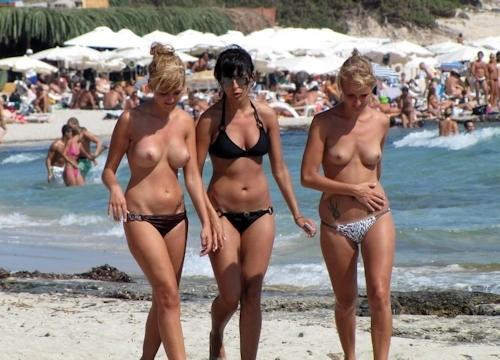 ビーチ・公園・イベントで裸になっちゃってる西洋美女ヌード画像特集 16