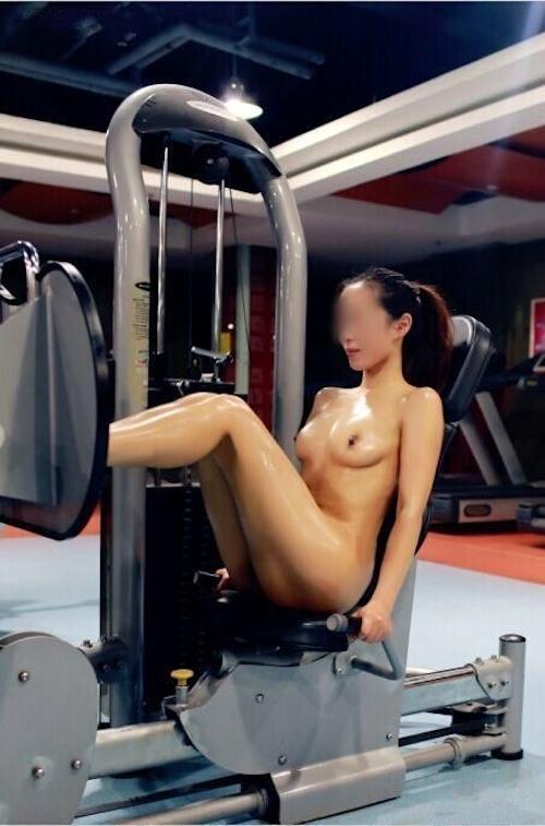ジムで全裸になってトレーニングする女性の画像 1