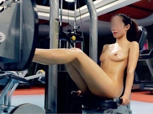 ジムで全裸になってトレーニングする女性の画像 2