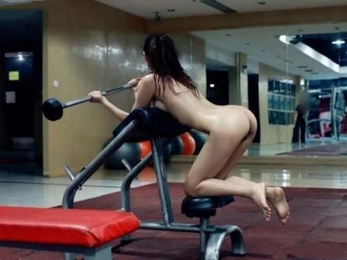 ジムで全裸になってトレーニングする女性の画像 3