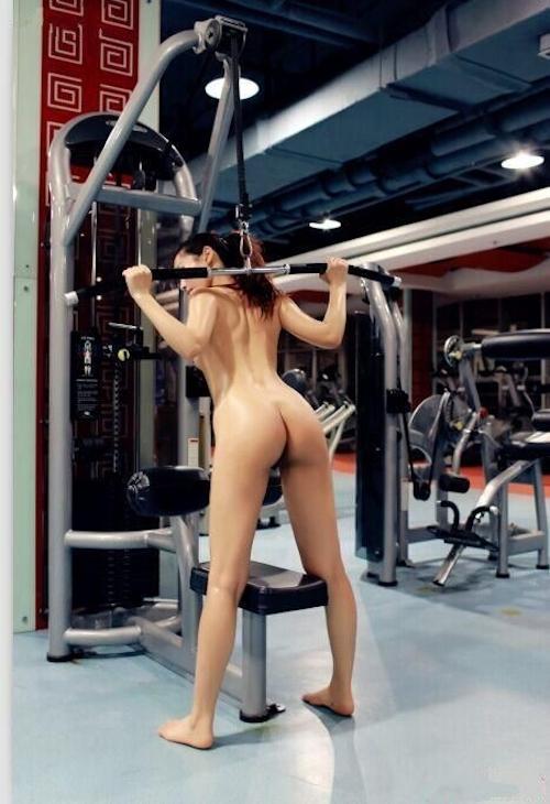 ジムで全裸になってトレーニングする女性の画像 4