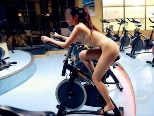 ジムで全裸になってトレーニングする女性の画像 5