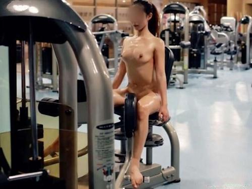 ジムで全裸になってトレーニングする女性の画像 8