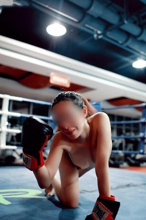 ジムで全裸になってトレーニングする女性の画像 9