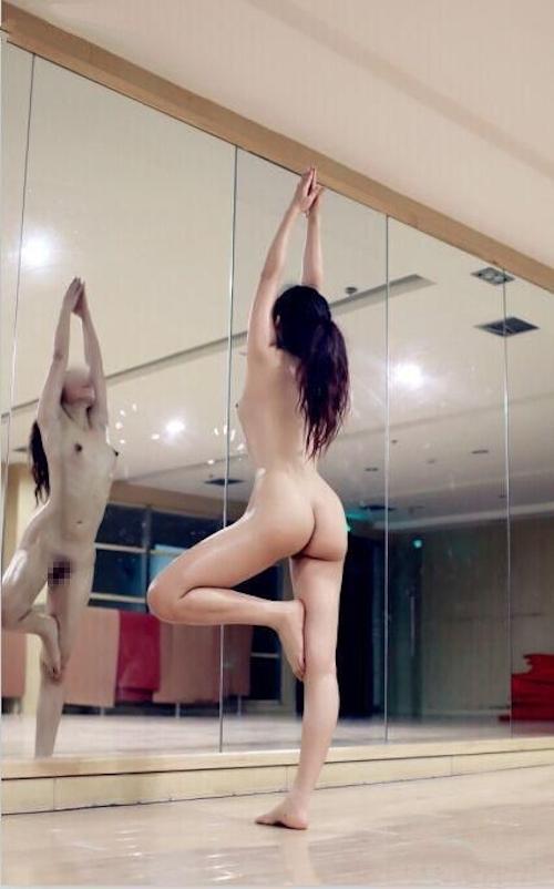 ジムで全裸になってトレーニングする女性の画像 10