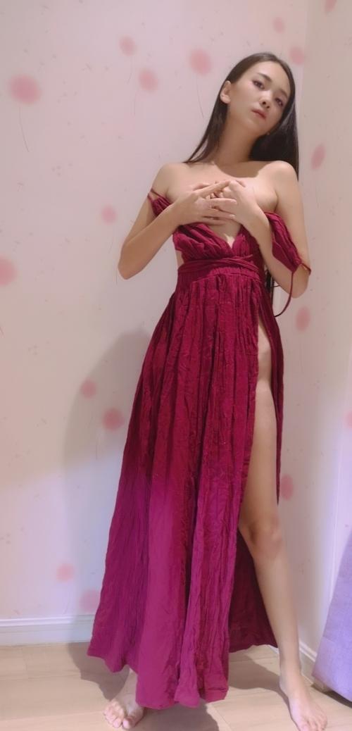 ドレスを着たロングヘアー美女のヌード画像 1