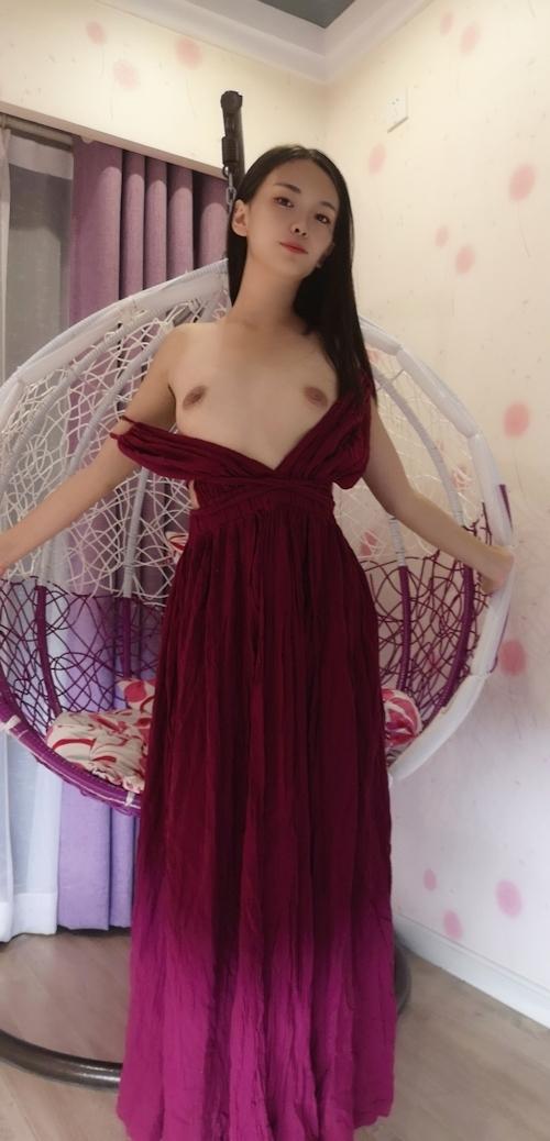 ドレスを着たロングヘアー美女のヌード画像 2